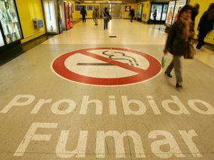 Los españoles, ya no pueden fumar en los bares con la nueva ley antitabaco.